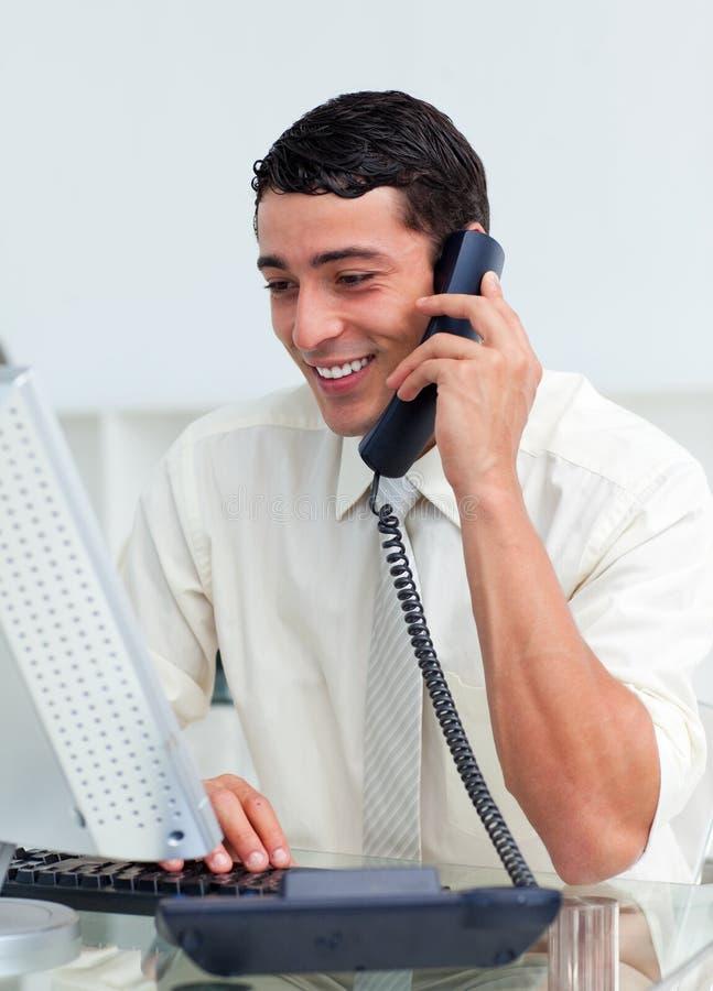 Homem de negócios de sorriso que fala no telefone fotografia de stock royalty free