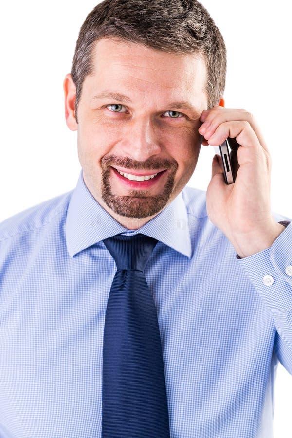 Homem de negócios de sorriso que faz um telefonema imagem de stock royalty free