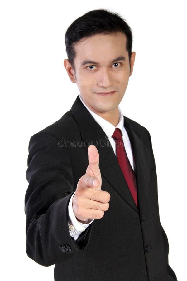 Homem de negócios de sorriso que gesticula a arma aguçado em você, isolado no wh fotos de stock