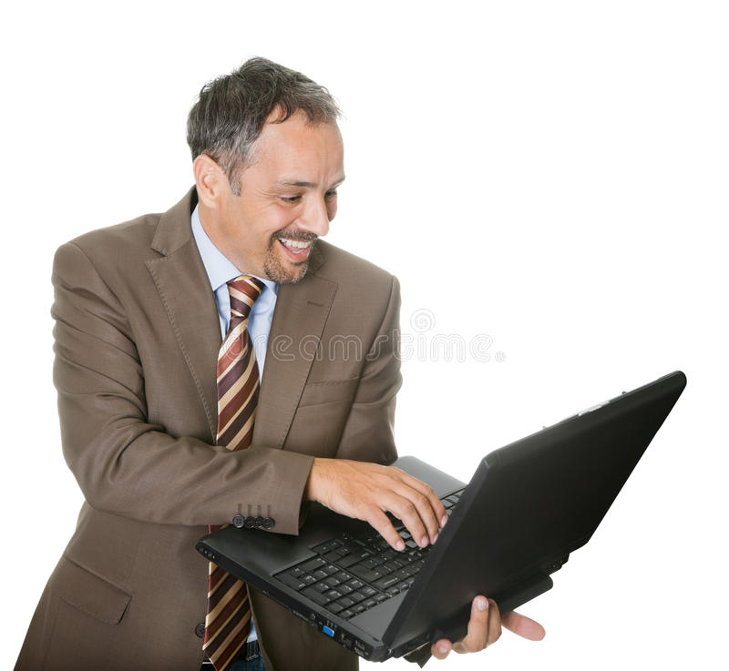 Homem de negócios de sorriso que usa um portátil fotos de stock royalty free