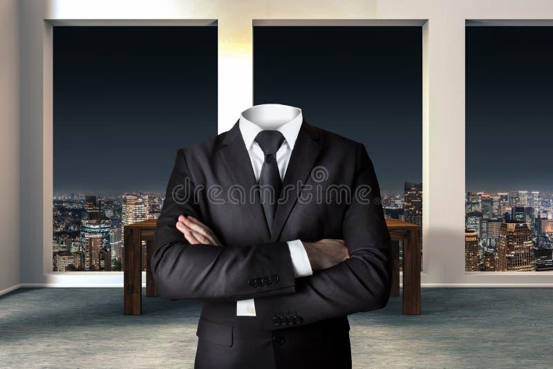 Homem de negócios decapitado com os braços cruzados no escritório urbano moderno fotografia de stock