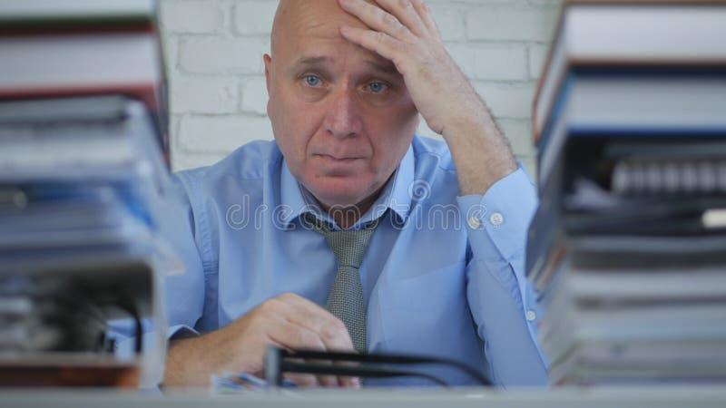 Homem de negócios decepcionado Thinking Pensive Bored e cansado no escritório de contabilidade imagens de stock royalty free