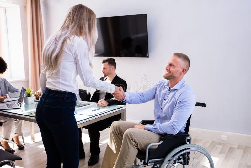 Homem de negócios deficiente Shaking Hand With seu colega imagem de stock royalty free