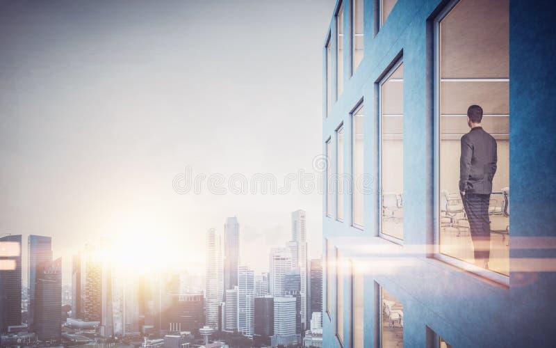 Homem de negócios dentro do arranha-céus, lookng na cidade fotos de stock