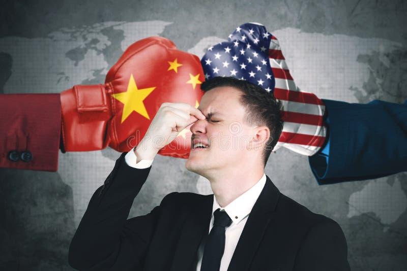 Homem de negócios deprimido com conflito China e EUA ilustração do vetor
