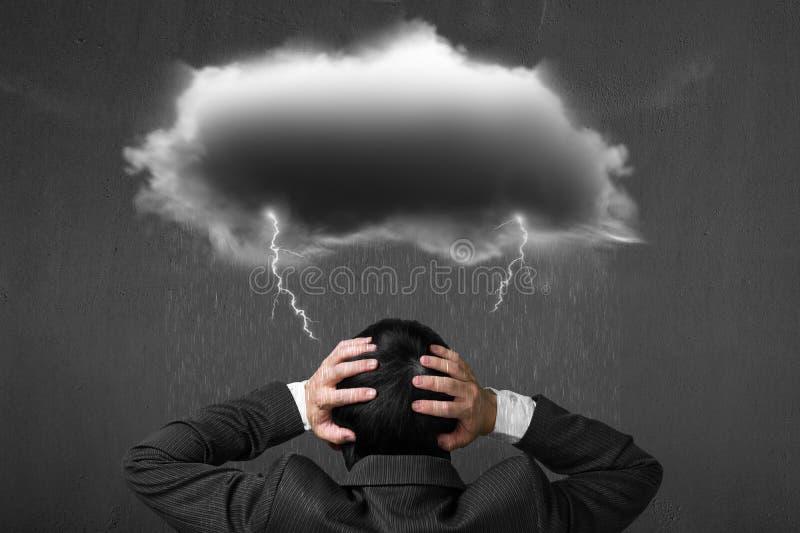 Homem de negócios deprimido com relâmpago escuro da chuva da nuvem sobre o seu ele imagens de stock