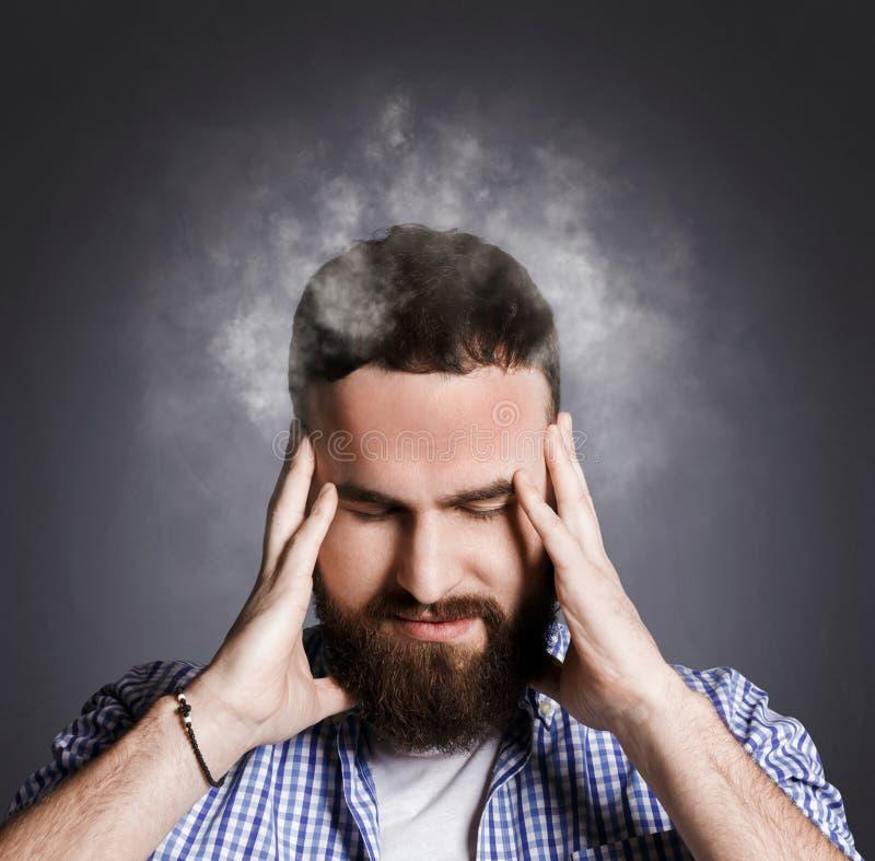 Homem de negócios desesperado com a cabeça ardente que tem dificuldades foto de stock royalty free