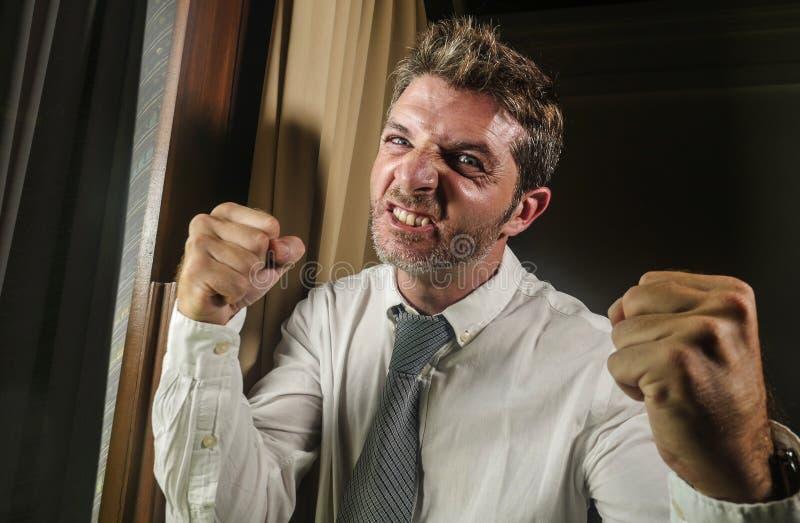 Homem de negócios desesperado e forçado louco que sente irritado e virado na gravata vestindo da expressão furioso da cara tardio imagem de stock