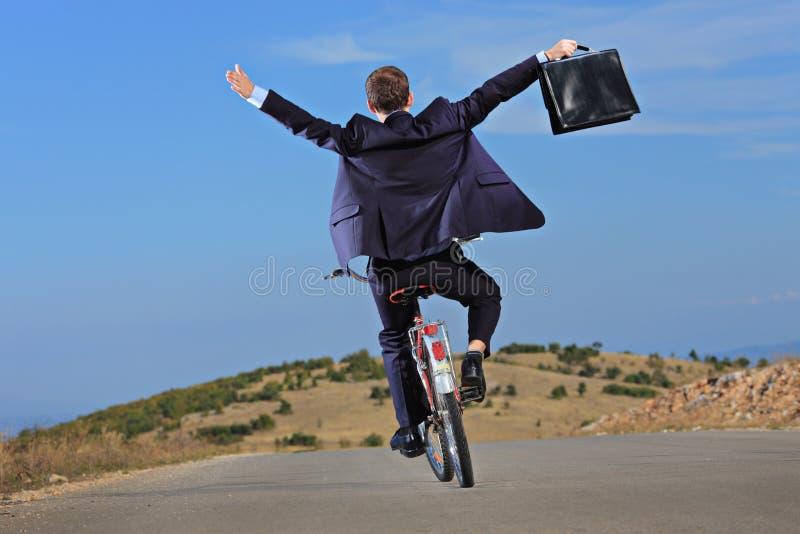 Homem de negócios despreocupado que prende uma pasta fotografia de stock royalty free