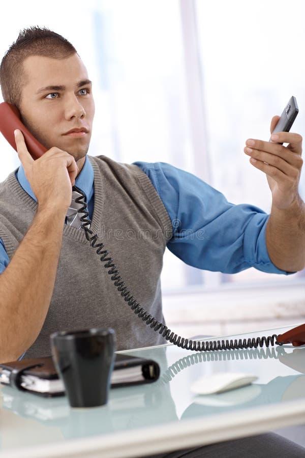 Homem de negócios determinado no telefone fotografia de stock royalty free