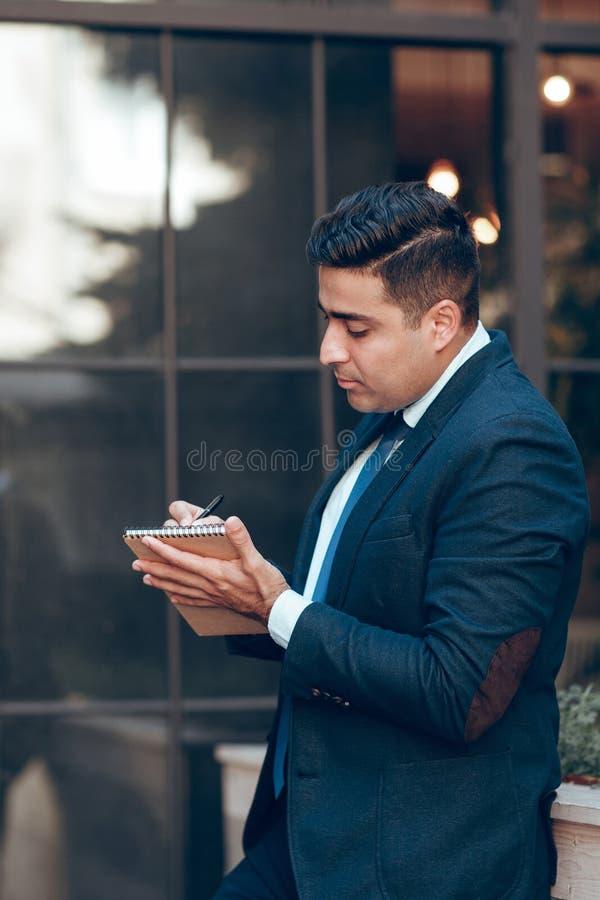Homem de negócios dinâmico que tem o freetime fotos de stock royalty free
