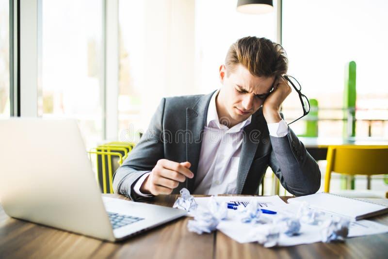 Homem de negócios do contador que trabalha com originais no escritório que tem um esforço fotografia de stock royalty free