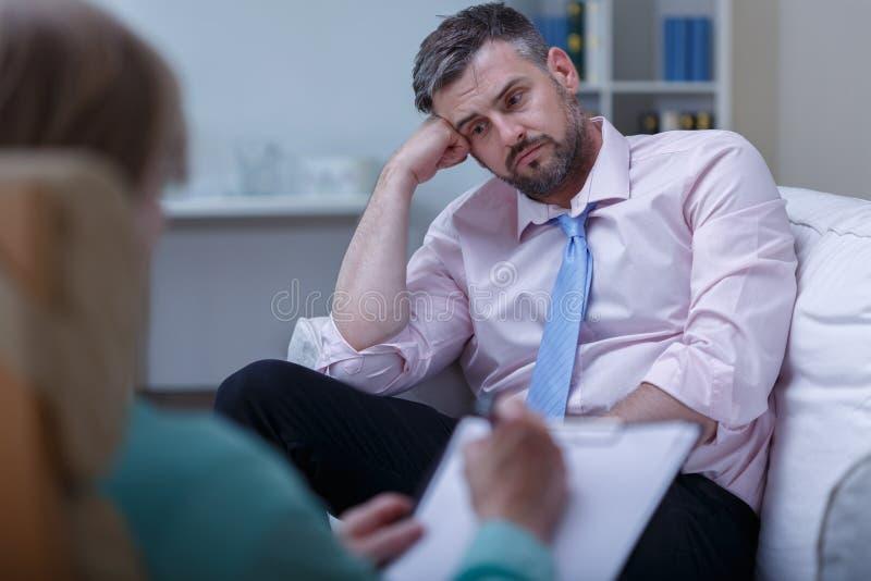 Homem de negócios do desespero durante a psicoterapia fotos de stock royalty free