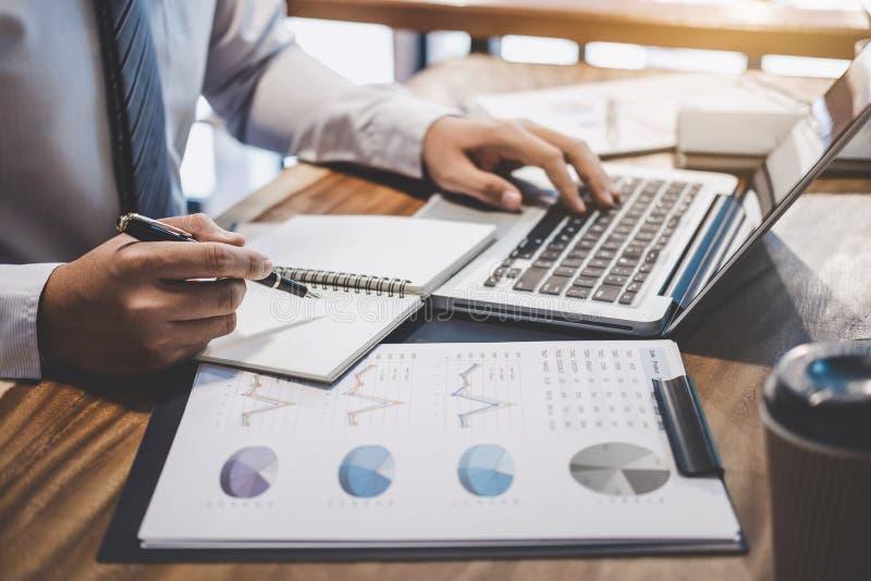 Homem de negócios do empresário que datilografa no portátil no local de trabalho, trabalho dos homens imagem de stock royalty free
