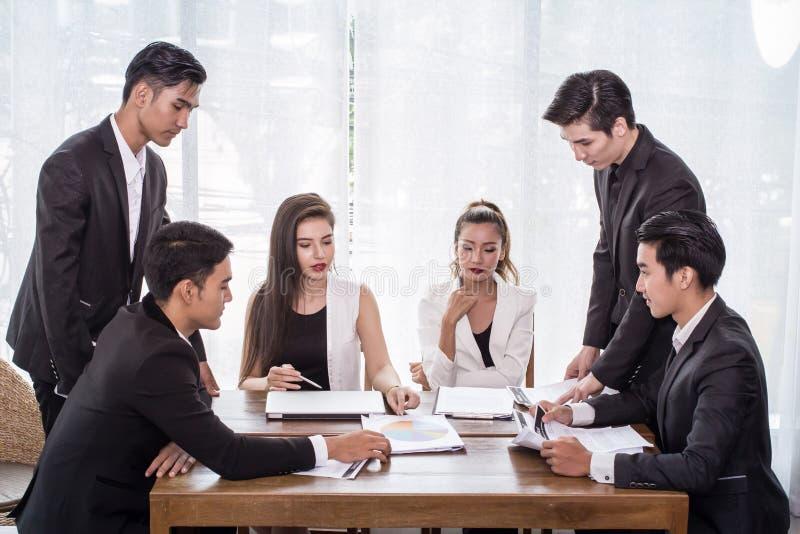 Homem de negócios do grupo, mulher de negócio asiática e reunião que aplanam para comprar alguma propriedade como um investimento foto de stock