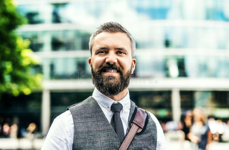 Homem de negócios do moderno que está na rua em Londres fotos de stock