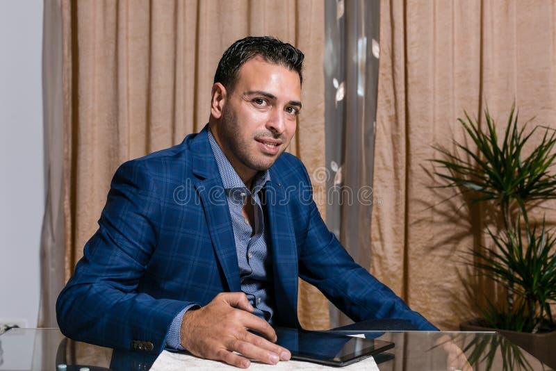 Homem de negócios do Oriente Médio no escritório fotografia de stock