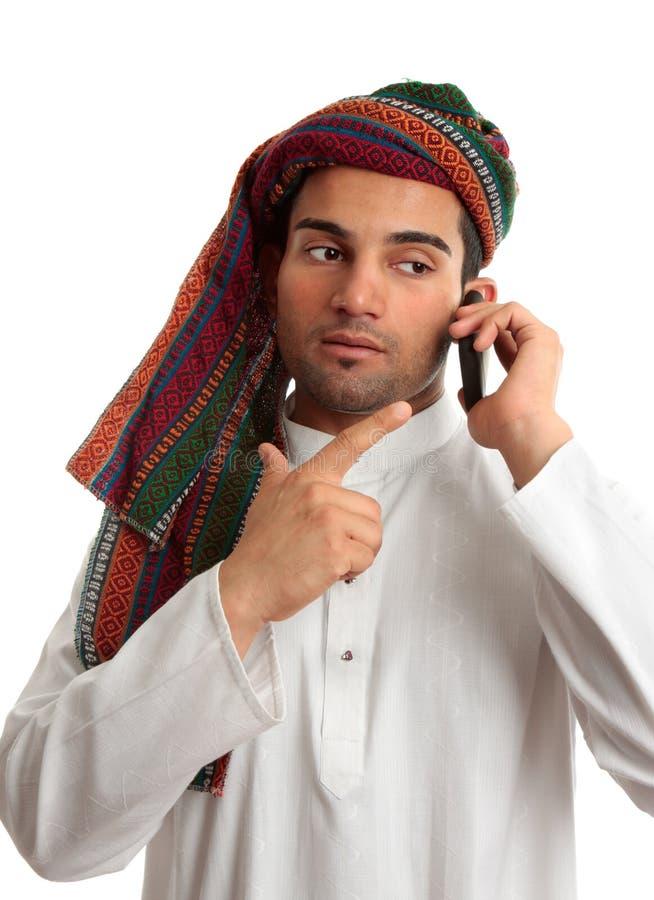 Homem de negócios do Oriente Médio no telefone foto de stock