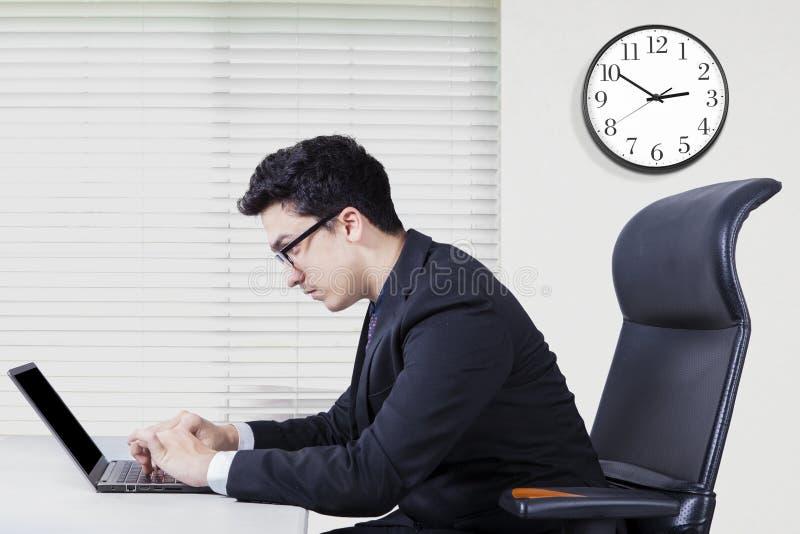 Homem de negócios do Oriente Médio que trabalha com portátil imagens de stock royalty free