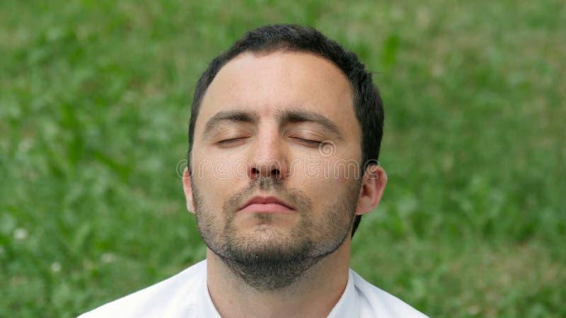 Homem de negócios do homem que medita fora na pose dos lótus foto de stock royalty free