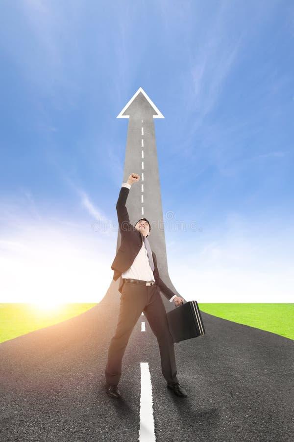 Homem de negócios do sucesso com a estrada acima imagem de stock royalty free