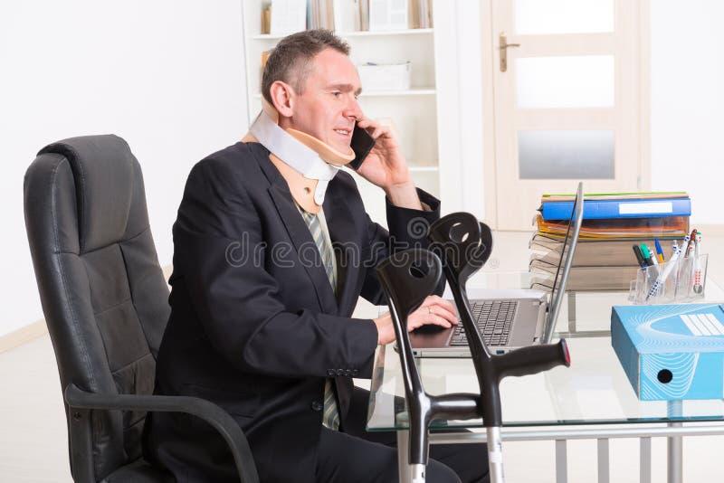 Homem de negócios doente no trabalho imagem de stock royalty free