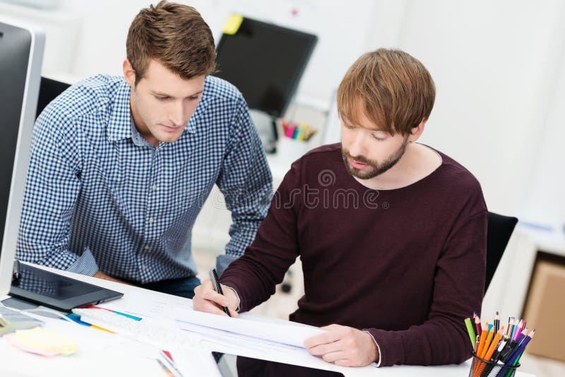 Homem de negócios dois dedicado que tem uma reunião imagens de stock royalty free