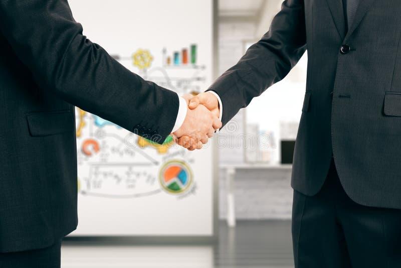 Homem de negócios dois que agita as mãos no escritório fotos de stock