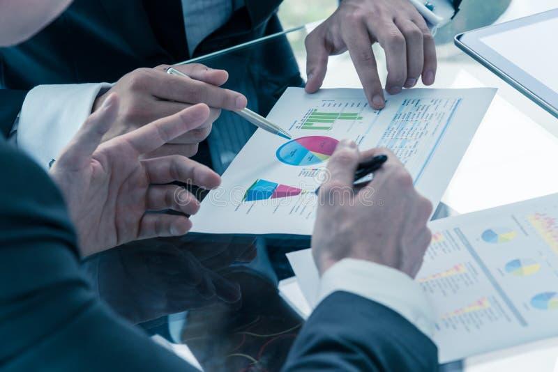 Homem de negócios dois que discute o desempenho empresarial imagens de stock