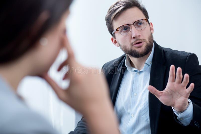 Homem de negócios durante a sessão da psicoterapia fotos de stock royalty free