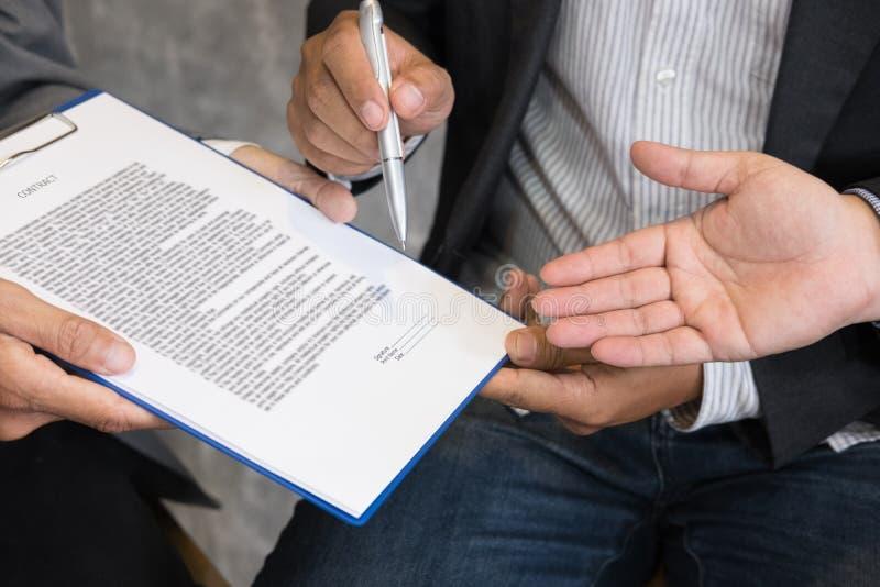 Homem de negócios e advogado que negociam um contrato, estão apontando fotos de stock royalty free