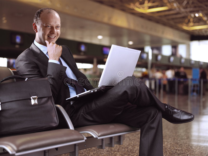 Homem de negócios e aeroporto imagem de stock royalty free