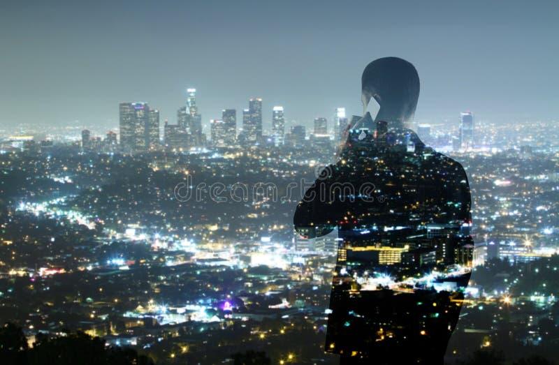 Homem de negócios e cidade da noite foto de stock