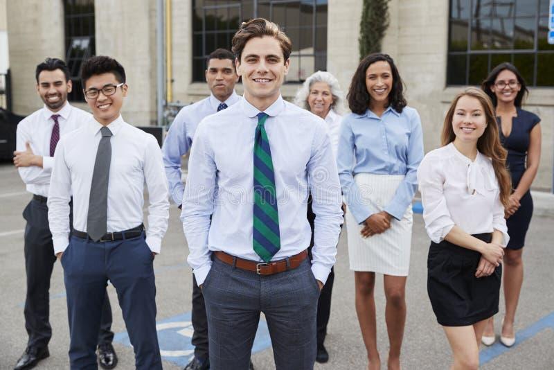 Homem de negócios e colegas brancos novos fora, retrato fotos de stock royalty free