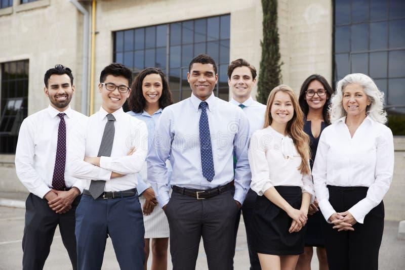 Homem de negócios e colegas da raça misturada fora, retrato imagens de stock royalty free