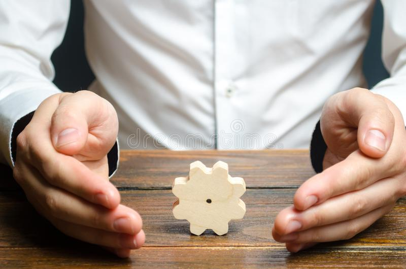 Homem de negócios e engrenagem de madeira Estabelecendo processos de negócios e comunicações Desenvolvimento de relações e de coo imagens de stock royalty free