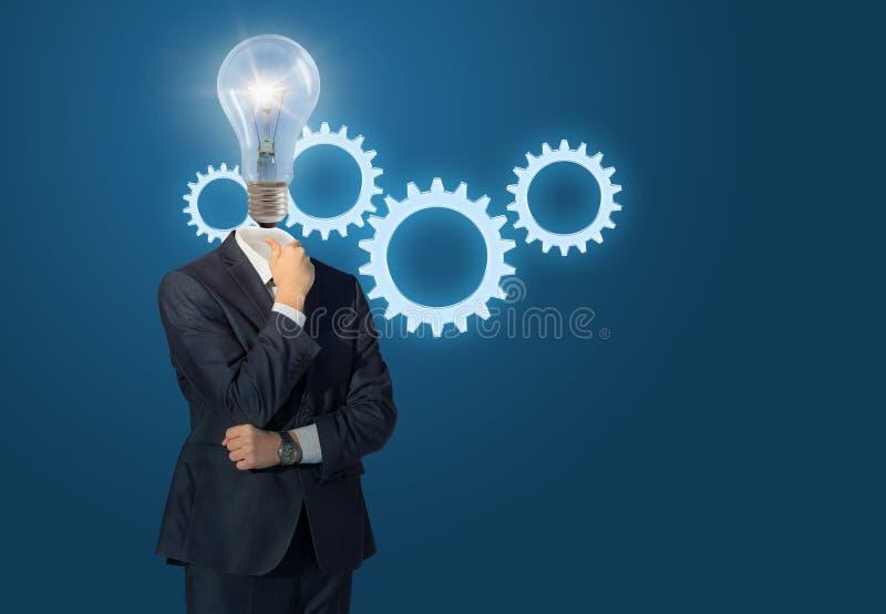 Homem de negócios e engrenagem principais da lâmpada fotos de stock