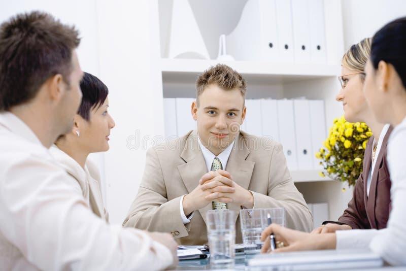 Homem de negócios e equipe no escritório imagem de stock royalty free