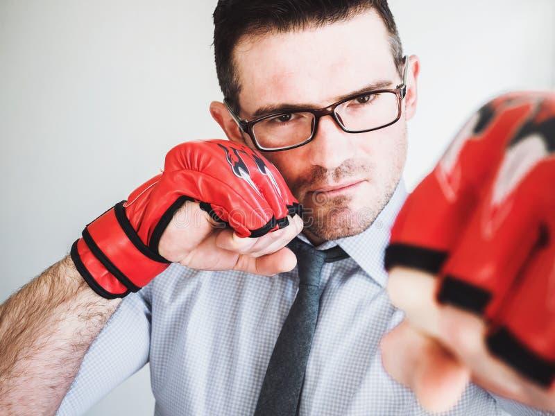 Homem de negócios e luvas de encaixotamento vermelhas imagem de stock royalty free
