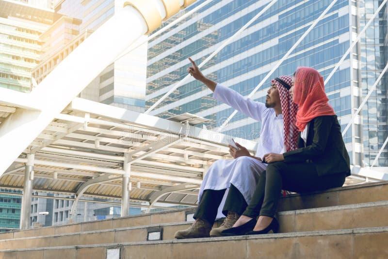 Homem de negócios e mulher de negócios árabes que usa uma comunicação fotografia de stock royalty free