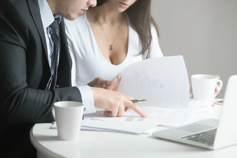 Homem de negócios e mulher de negócios na mesa de escritório, trabalhando junto w fotos de stock