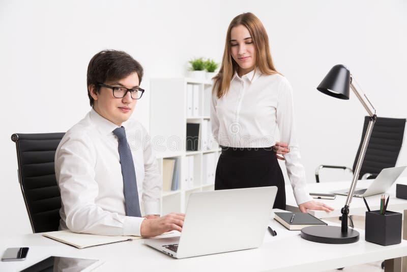 homem de negócios e mulher de negócios no escritório imagens de stock