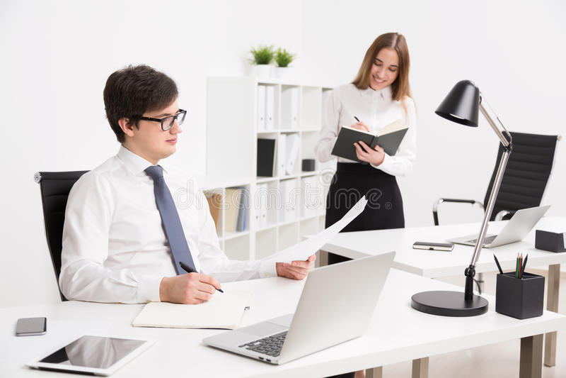 homem de negócios e mulher de negócios no escritório imagens de stock royalty free