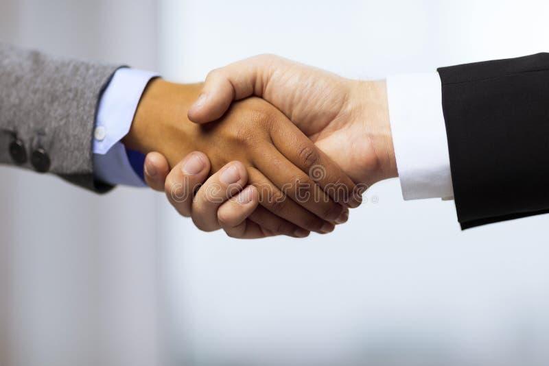 Homem de negócios e mulher de negócios que agitam as mãos imagens de stock royalty free