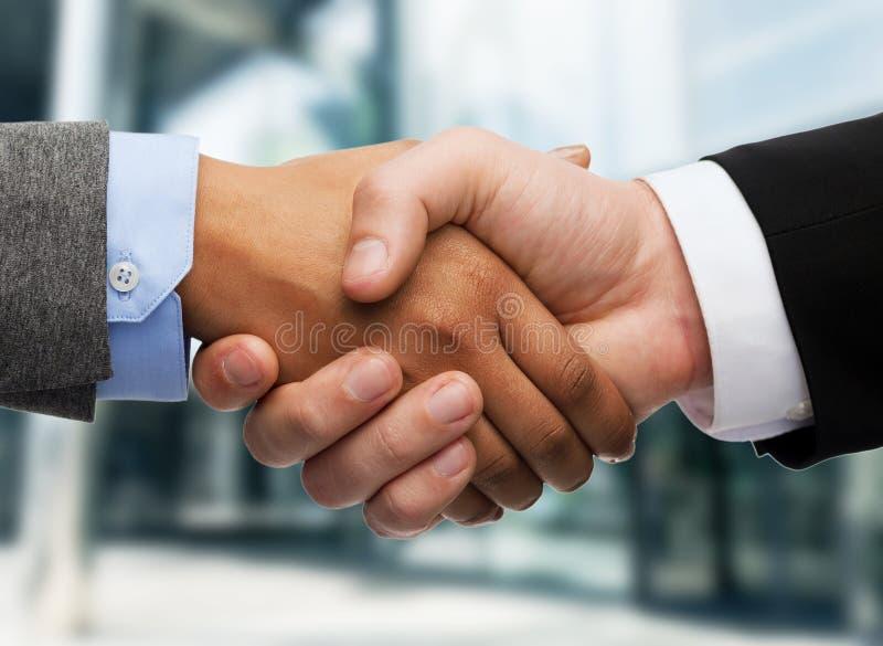 Homem de negócios e mulher de negócios que agitam as mãos fotos de stock royalty free
