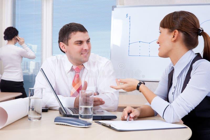Homem de negócios e mulher de negócios que trabalham no escritório fotos de stock royalty free
