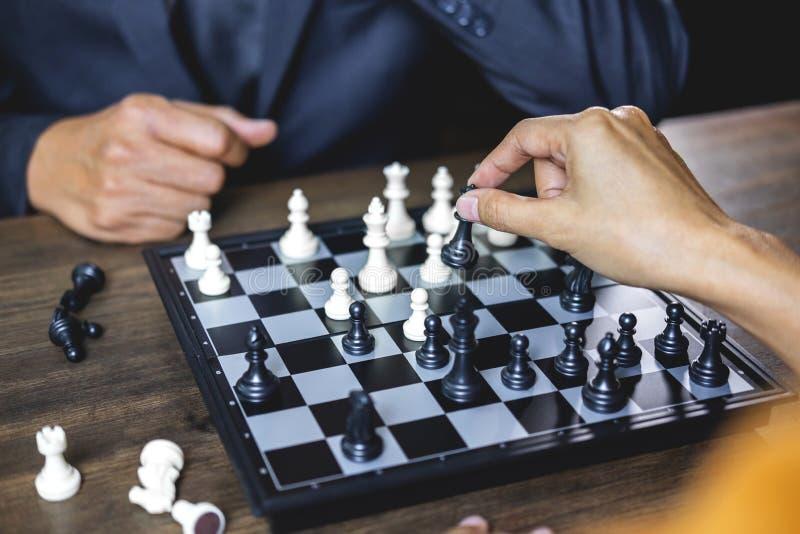 Homem de negócios e mulher de negócios que jogam a xadrez e que pensam sobre s fotografia de stock royalty free
