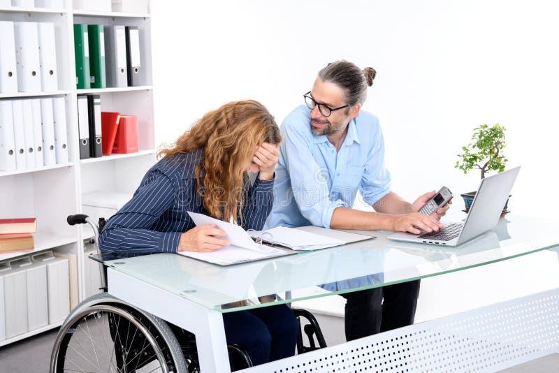 Homem de negócios e mulher de negócios que trabalham junto no escritório imagens de stock royalty free