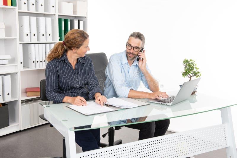 Homem de negócios e mulher de negócios que trabalham junto no escritório imagens de stock