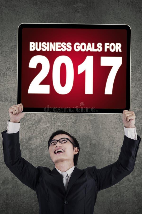Download Homem De Negócios E Quadro De Avisos Bem Sucedidos Imagem de Stock - Imagem de realização, holding: 80100591